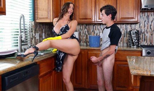 Мамочка с большими сиськами и задницей занимается сексом с молодым парнем