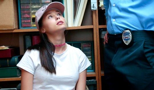 Охранник в офисе трахает членом письку новой подозреваемой в краже