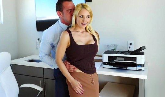 Блондинка секретарша в офисе подставляет свою попку для анала с начальником