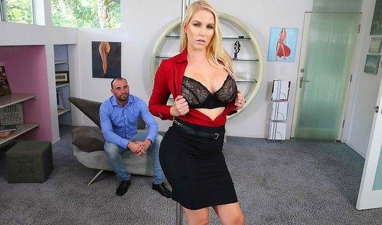 Блондинка с большими сиськами соблазнила мужика на горячий вагинал