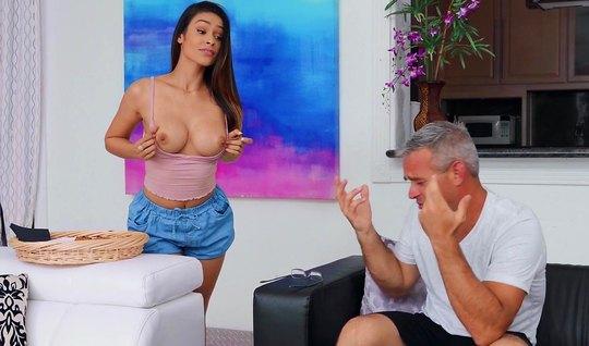 Брюнетка с упругими сиськами соблазнила опытного мужика на секс