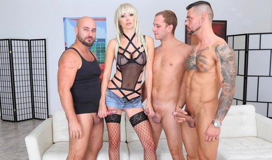 Трое мужиков устроили для блондинки в чулках двойное проникновение