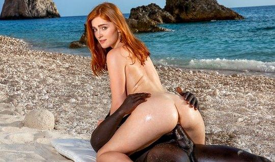Негра на пляже вставляет большой член в киску рыжей партнерши