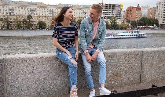 Русская молодая девушка согласна на пикап и секс с парнем на диване