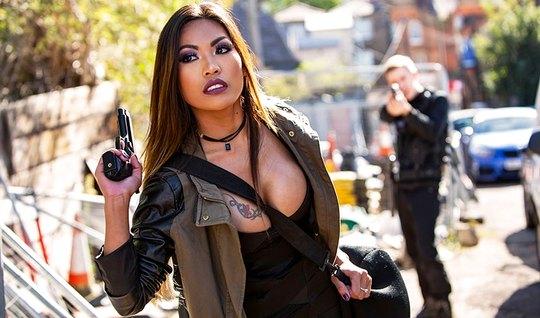 Азиатка с темными волосами и большими сиськами обожает секс с полицейскими
