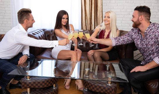 Групповое порно свингеров завершается горячим сексом на диване