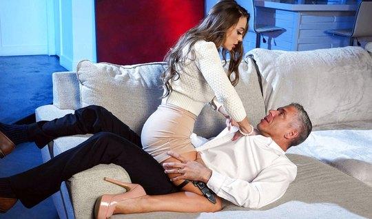 Порно пародия с сексуальной красоткой завершается анальным сексом