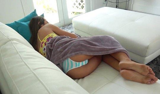 Парень разбудил подругу и снял с ней домашнее порно на диване