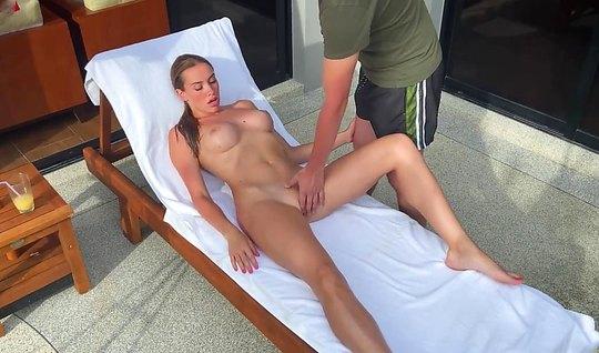Русская девушка с большими сиськами после массажа согласилась на секс