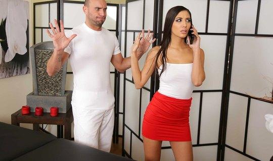 После массажа брюнетка с упругой попкой получает от массажиста много внимания и ласки