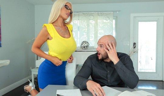Мамочка блондинка скачет на большом члене своего любовника