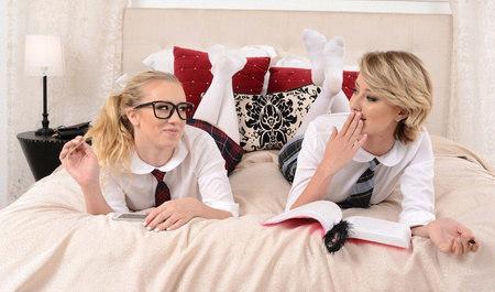 Студентки после занятий занимаются лесбийским сексом
