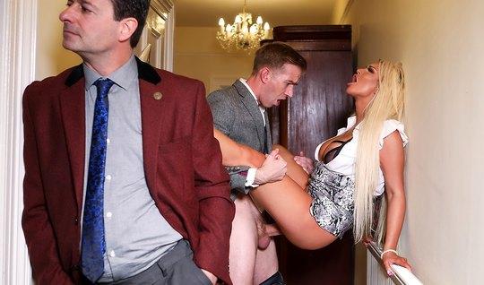 Блондинка с большими сиськами изменяет своему мужу с молодым любовником