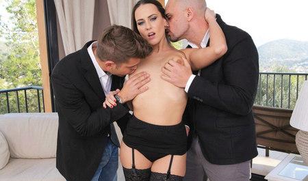 Длинноногая брюнетка занимается групповым сексом с мужиками из офиса