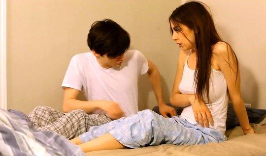 Девушка с темными волосами и парень снимают домашнее порно