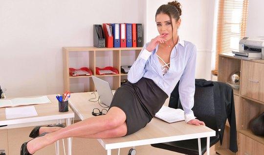 Русская бизнес леди в офисе трахается со своим коллегой по работе