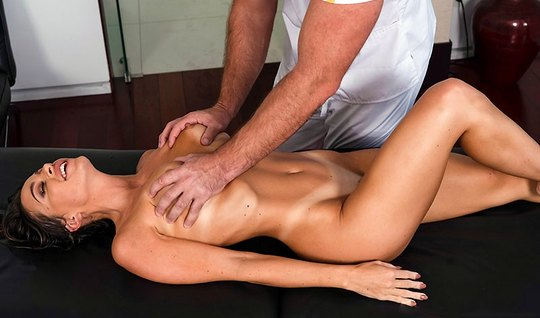 Брюнетка после массажа раздвинула ноги для секса с массажистом