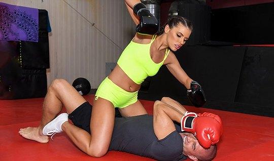 Спортсменка брюнетка подставляет свой анал для реального траха