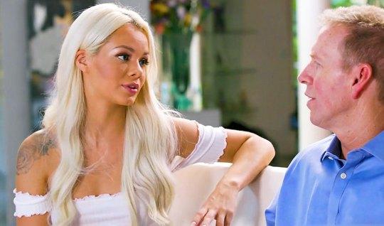 Блондинка после эротического массажа подарила зрелому мужчине шикарный секс