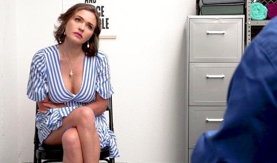 Мамка в офисе раскрыла свои ноги для реального вагинала с директором