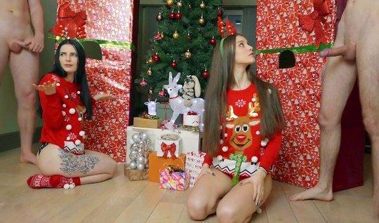 Две молодые девушки перед новым годом захотели групповухи