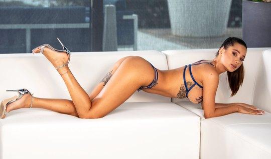 Татуированная брюнетка на белом диване занимается красивым сексом