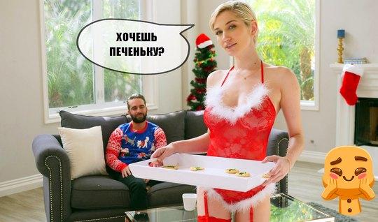 Блондинка в чулках в Новый Год занимается сексом на диване и кончает