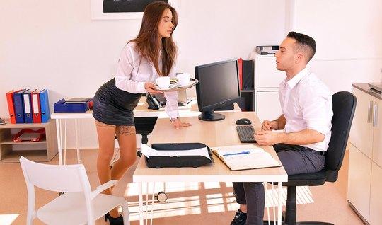 Секретарша в чулках раздвигает ноги для секса с молодым боссом