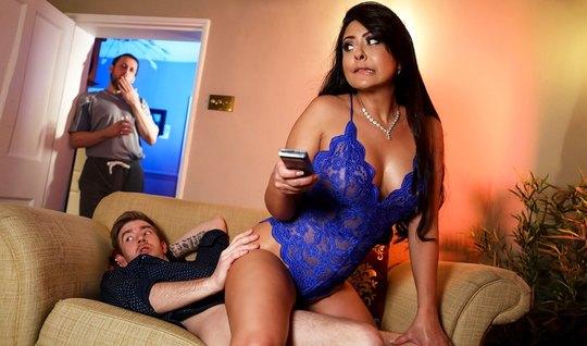 Жена с большими дойками изменяет своему мужу с его другом и кончает
