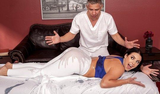 Жена с большой жопой после массажа позволяет разорвать лосины и трахнуть ее