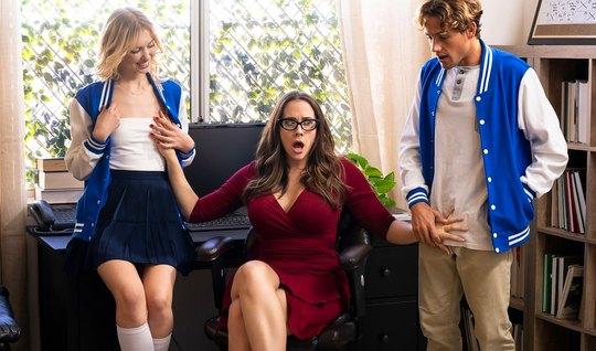 Мамка показывает молодой парочке, что такое групповое порно