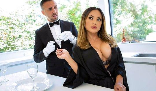 Татуированная дама с большими сиськами доминирует от официантом