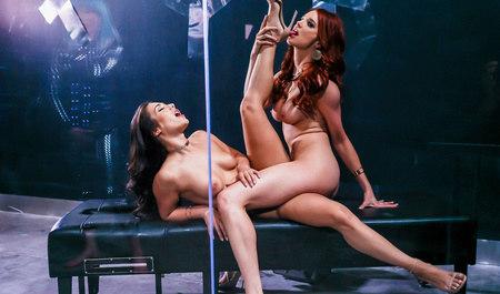 Шикарные лесбиянки занимаются любовью после работы