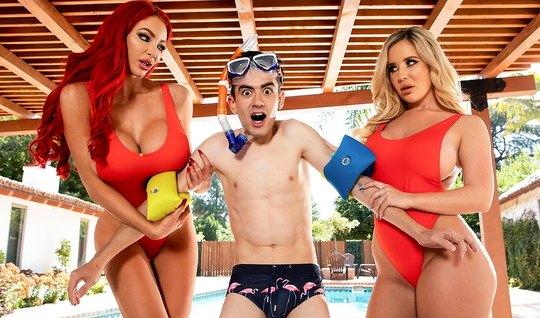 Блондинка и рыжая мамочка с большими сиськами любят групповуху с молодым парнем