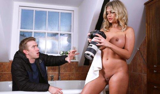 Блондинка с большими сиськами впускает член фотографа в свою дырку
