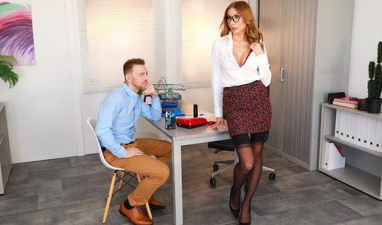 Женщина в чулках прямо в офисе трахается со страстным мужиком