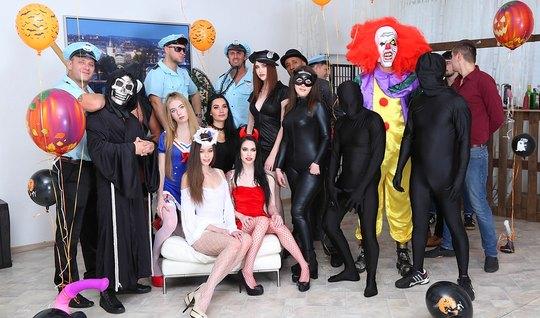Настоящая групповая оргия развратников в маскарадных костюмах