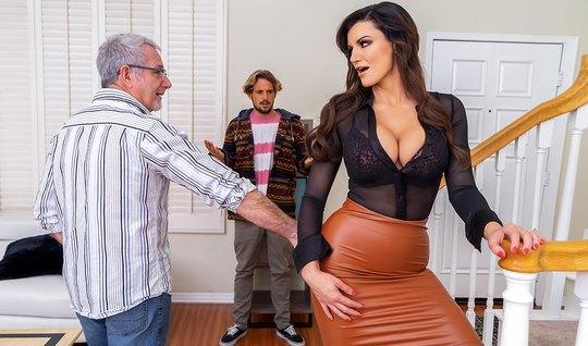Мамка изменяет своему старому мужу с его молодым сыночком
