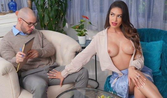 Женщина с большими сиськами изменяет своему мужу с его взрослым сыном