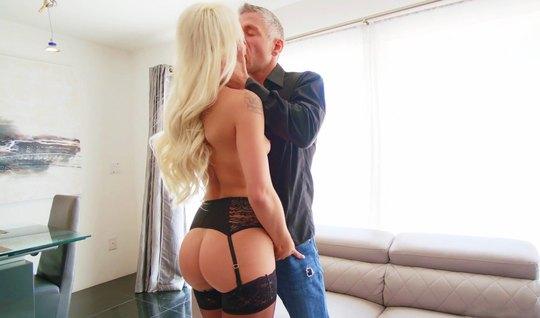 Блондинка в чулках подставляет свою пилотку для порки с любовником