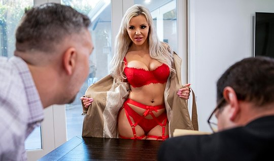 Молоденькая мамка в офисе занимается сексом с любовником