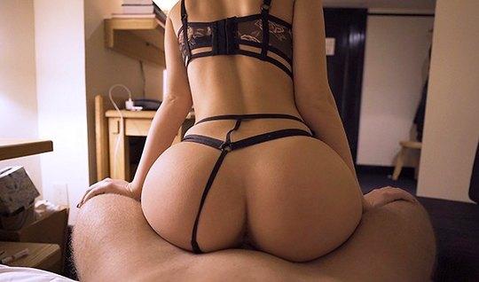 Соблазнительная барышня с большой жопой и ее парень снимают ...