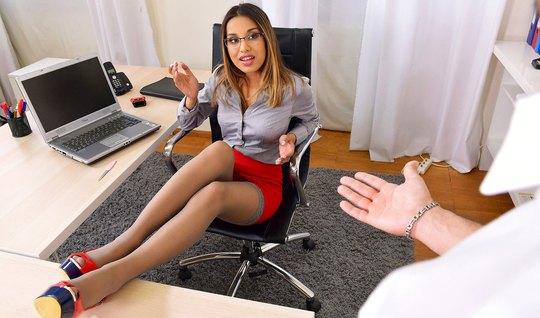 В офисе мужчина подарил своей новой помощнице шикарный анал