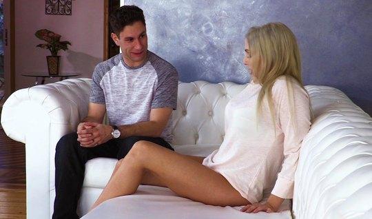 Парень на белом диване прогнул блондинку мамку раком и затрахал ее членом