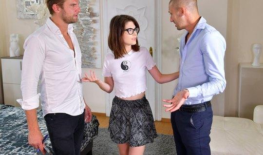 Молодая студентка в очках получает от мужиков двойное проникновение