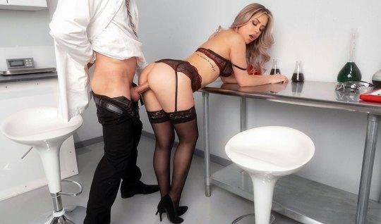 В офисе парень спустил с себя штаны и трахнул красотку в чулках