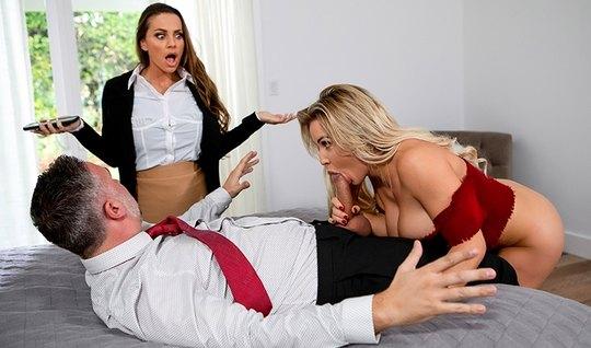 Две красотки с большими сиськами устроили групповой секс с мужиком