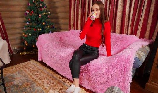 Русская парочка перед Новым годом снимает домашнее порно от первого лица