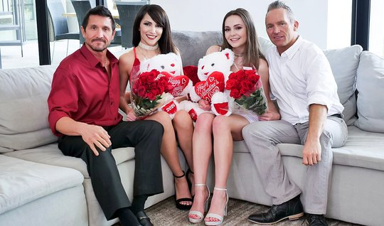 Два брата в возрасте поменялись женами и замутили свинг-групповуху на диване