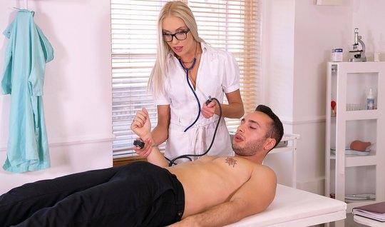 Анжелика Грейс в больнице трахается в анал с мускулистым пациентом в чулках и кончает